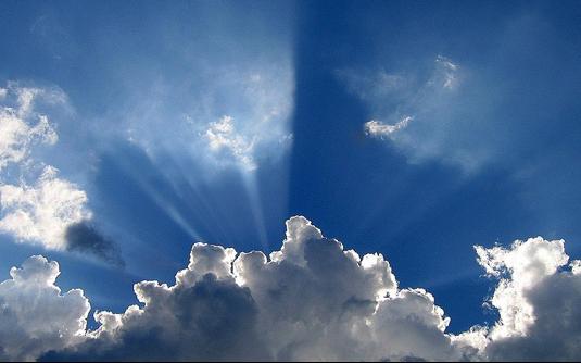 Beschreibung: lauer Himmel voller Wolken und der Sonne dahinter